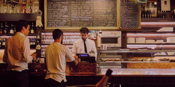 Historias para reír en un bar de vinos, la nueva acción de promoción de OIVE